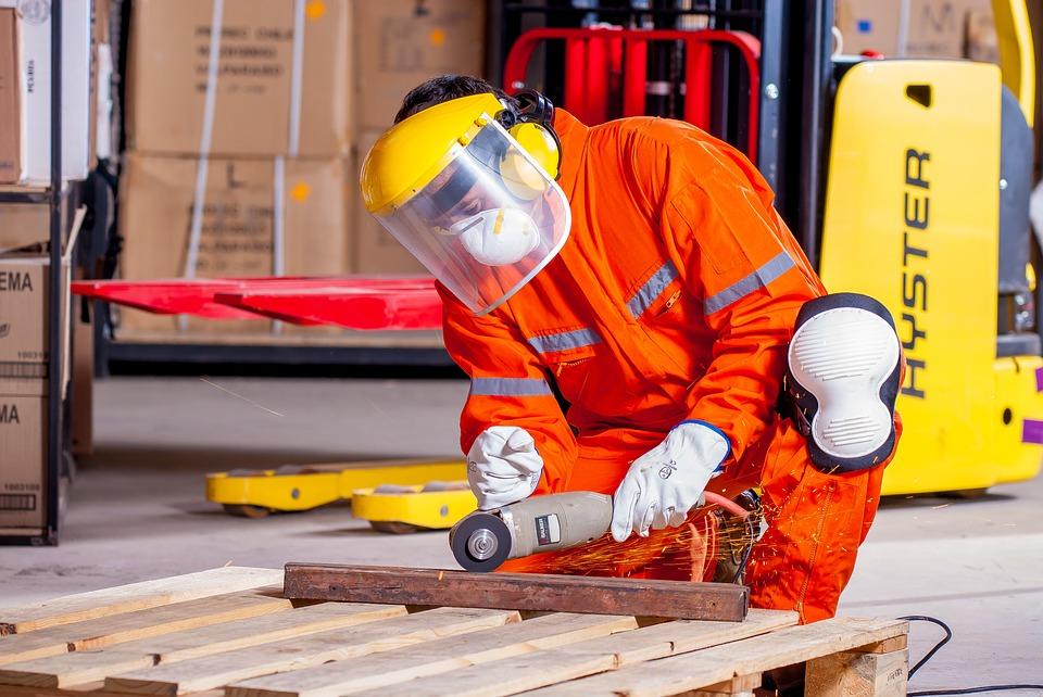 Para realizar un adecuado mantenimiento a las herramientas, se debe saber primero el tipo de herramienta que se va a mantener y su material de fabricación