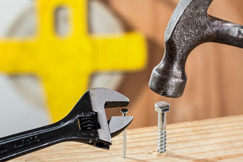 Otro elemento importante en el mantenimiento de las herramientas es conocer el tipo de material con el cual se encuentran fabricados. De esa manera se podrán tomar previsiones necesarias en su uso y almacenamiento.