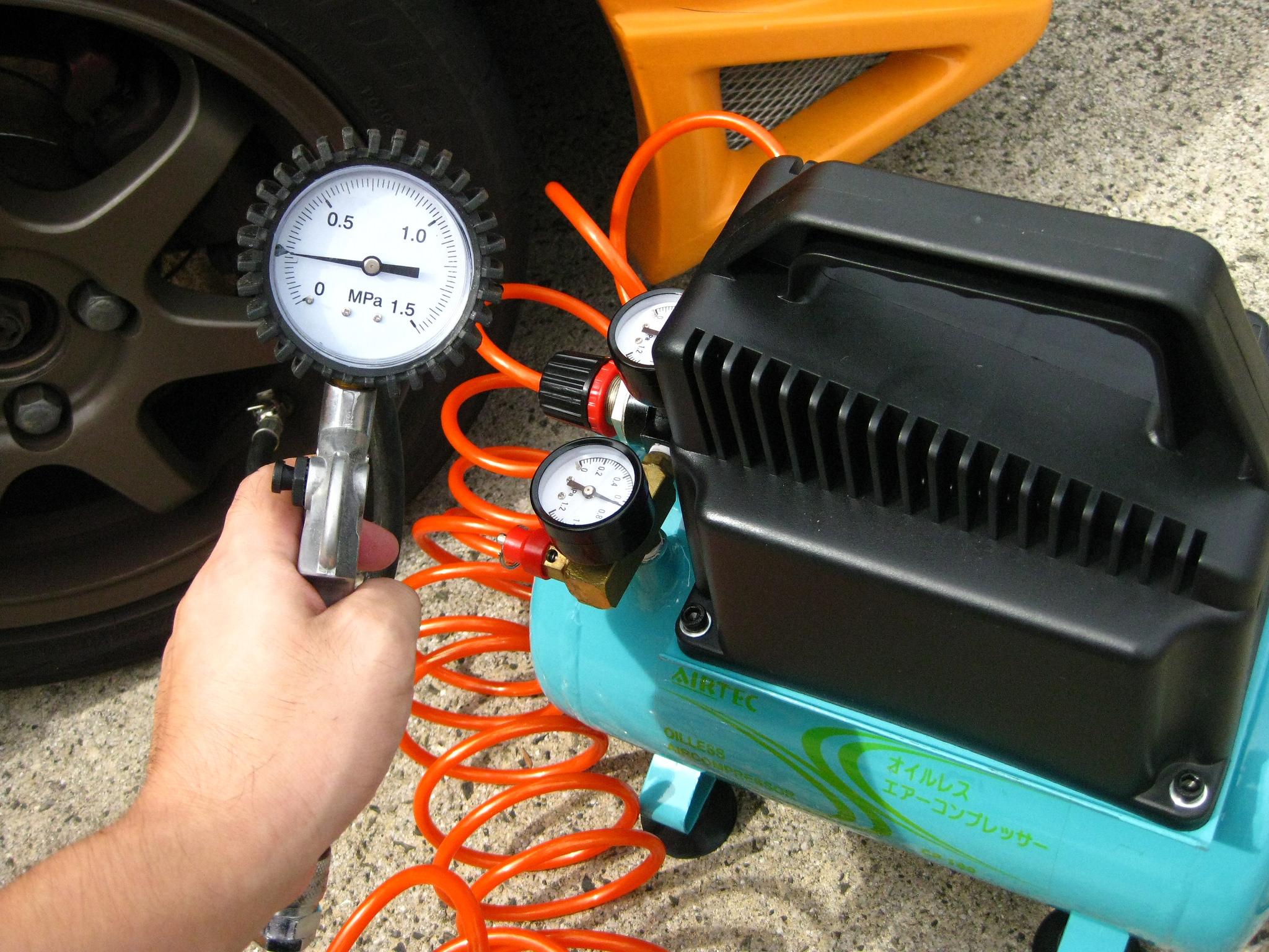 El compresor de aire tiene diferentes funciones como hinchar neumáticos, usar para limpiar con agua, pintar y demás actividades de bricolaje y del hogar.
