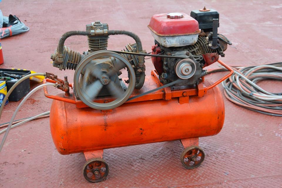 El funcionamiento de los compresores de aire se da a través de la conexión a la corriente con compresores de motores de aceite o con motores a correas.