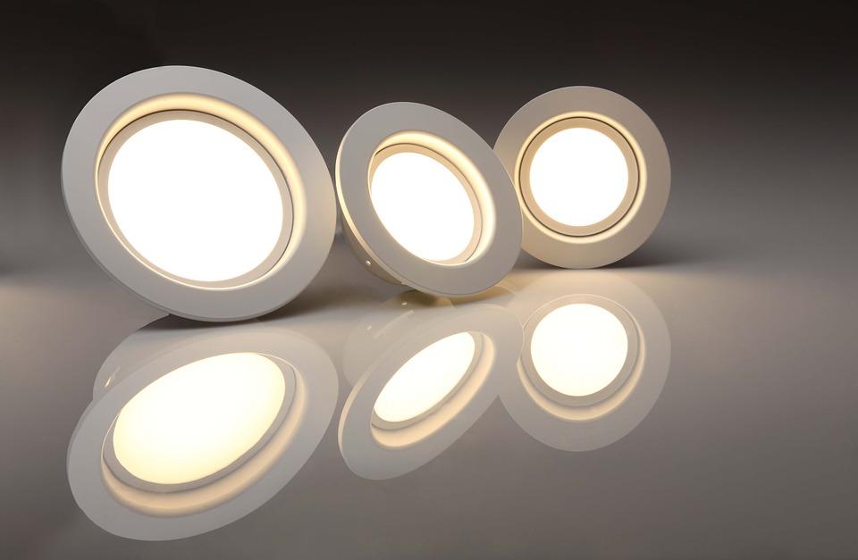 Distintas lámparas y bombillas LED se pueden elegir para diversas habitaciones debido a sus potencias, luminosidades y temperatura de la luz.