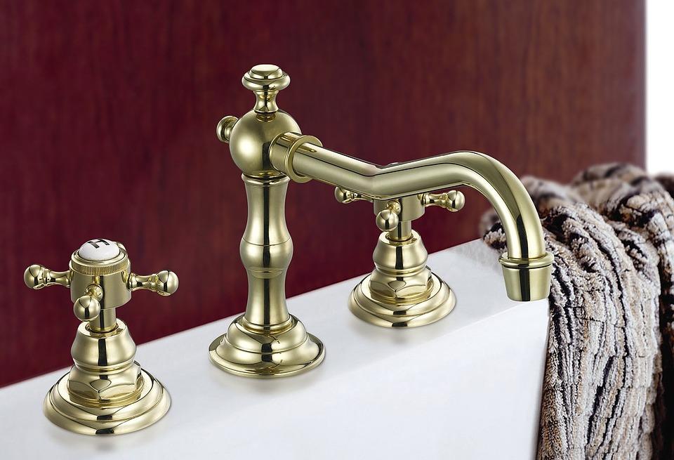 ¿Cómo eliminar manchas de agua dura y cal en el baño?
