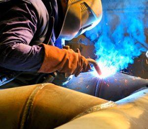 El tipo de soldadura MIG utiliza gas metálico inerte y es una de los más comunes tipos de soldadura, utilizada para unir metales suaves.