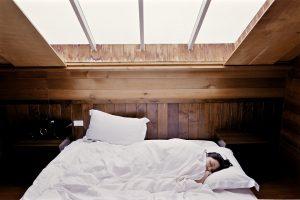 antes de ir a dormir es recomendable encender el calientacamas para llevar la cama a una temperatura adecuada antes de acostarse, pero también se debe ser responsable con el uso de estos calentadores de camas y no se debe abusar de ellos