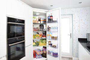 la forma más convencional de cómo conservar los alimentos es mediante la refrigeración. Todo el mundo almacena la comida en el neveras para conservar los alimentos