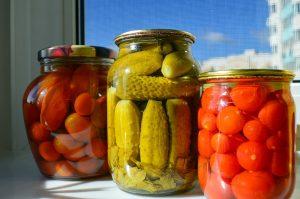 una de las formas más conocidas sobre cómo conservar los alimentos es el procedimiento químico de la salmuera, que consiste en almacenar los alimentos en sal seca o soluciones de saladas. Los pepinillos son uno de los principales alimentos conservados de esta manera