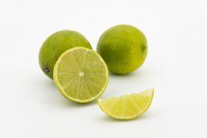 Uno de los mejores métodos sobre cómo conservar los alimentos, sobre todo las frutas y vegetales recién cortadas, es rociándolos con jugo de limón